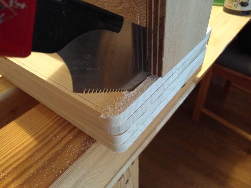 桐板を切断し前面パネルを作成