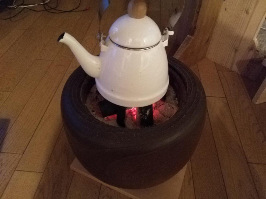 火鉢で湯を沸かす