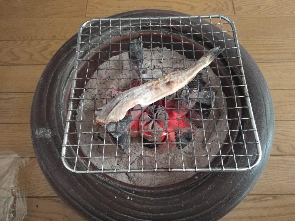 火鉢で氷下魚を焼く