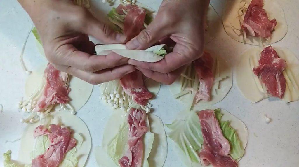 餃子の皮で具を包む