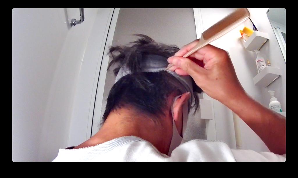 ヘアバンドに挟まった髪をかき出す