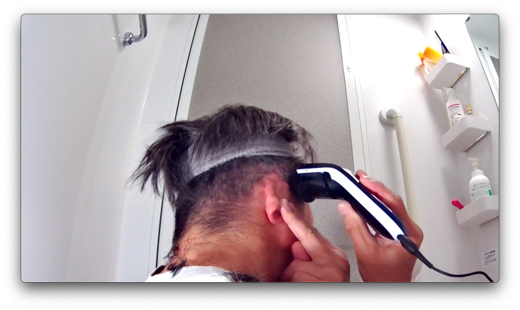 バリカンで耳の上の髪を刈り上げる